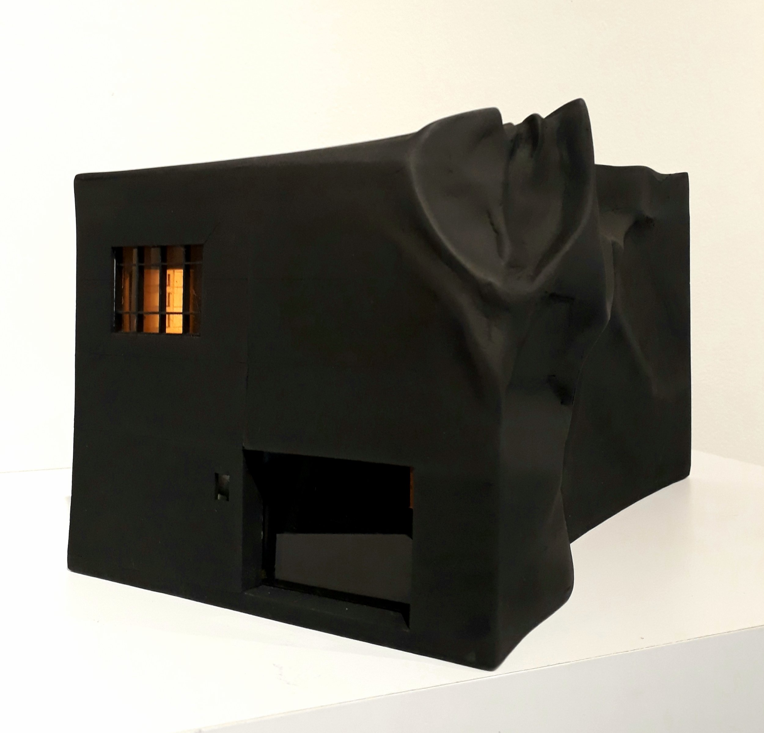 Arrugamiento In situ: Beta (2018) - 14 x 15 x 25,5 cm - Maqueta en MDF, cartón, papel, pintura y luz led / Model made in wood agglomerate, cardboard, paper, mirror and LED light
