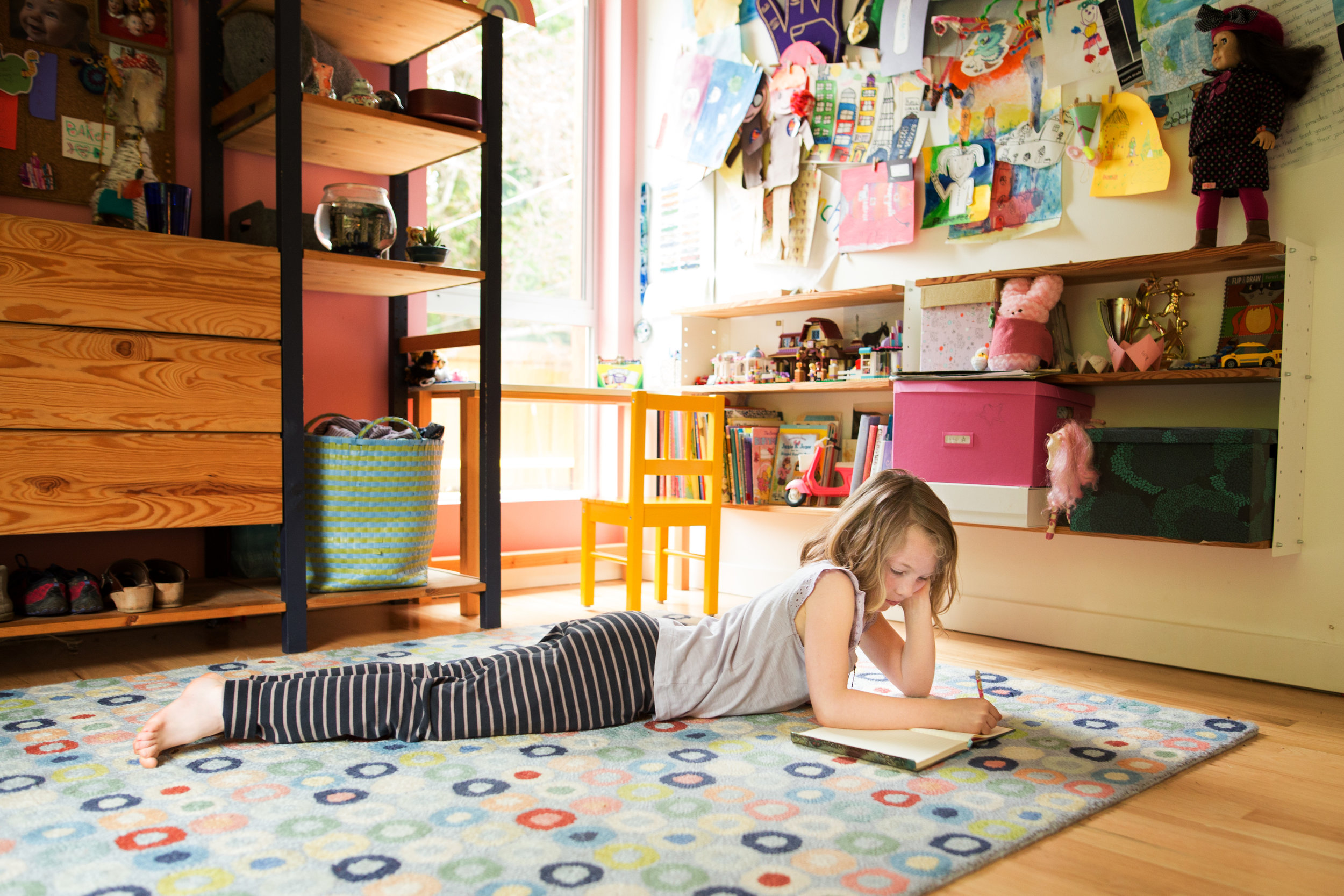 young girl laying on floor drawing, family photo shoot