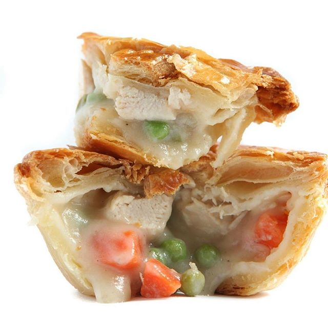 It's that time of the year! ,time for a hot meal  savor the taste of chicken pot pie this fall. Mum,s Chicken Pie 😋😋 #chickenpie #chickenpieces #soulfood #comfortfood #winteriscoming