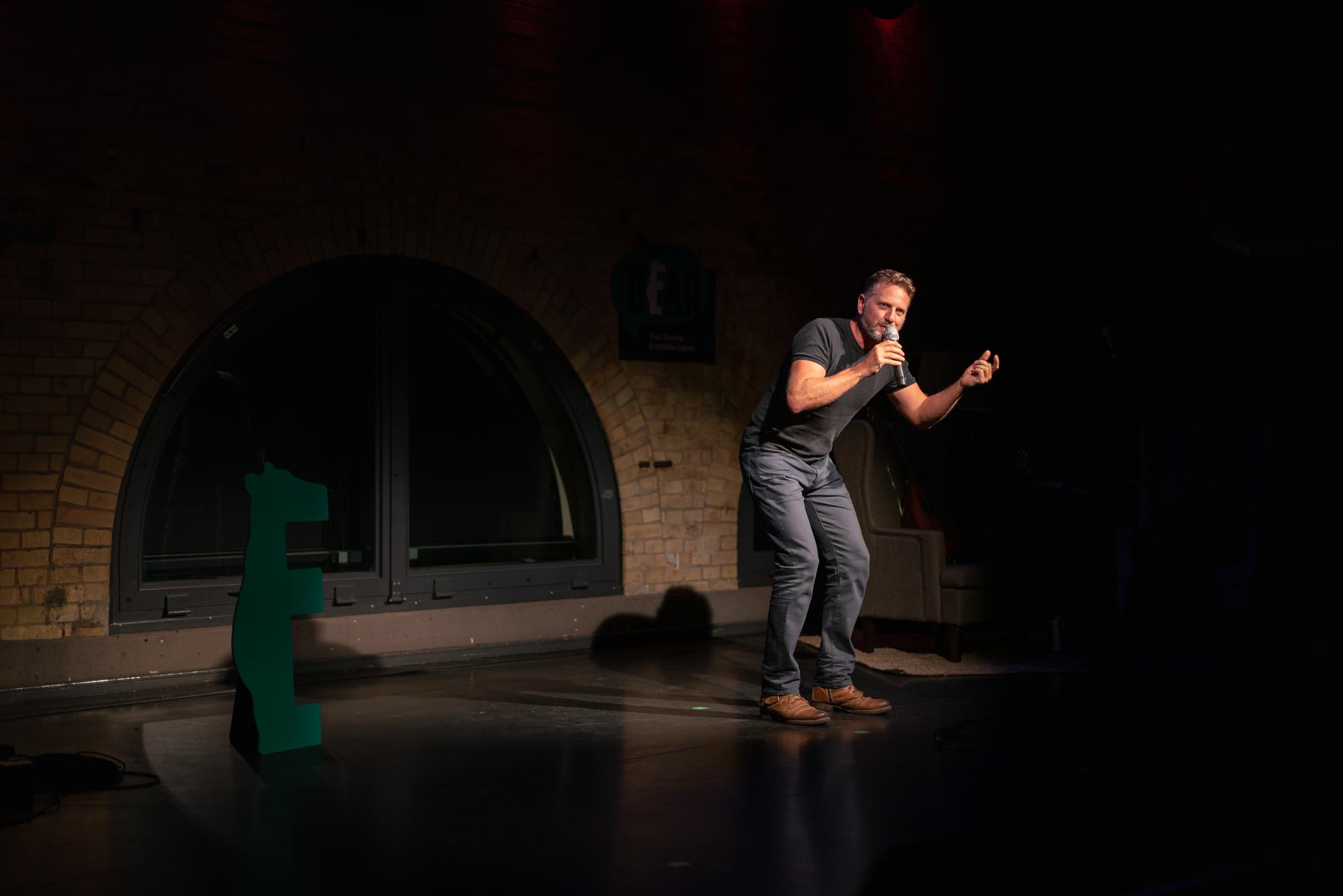 Ben on stage at The Bear, Maschinenhaus im Kulturbrauerei; Photo: Felix Limmer.