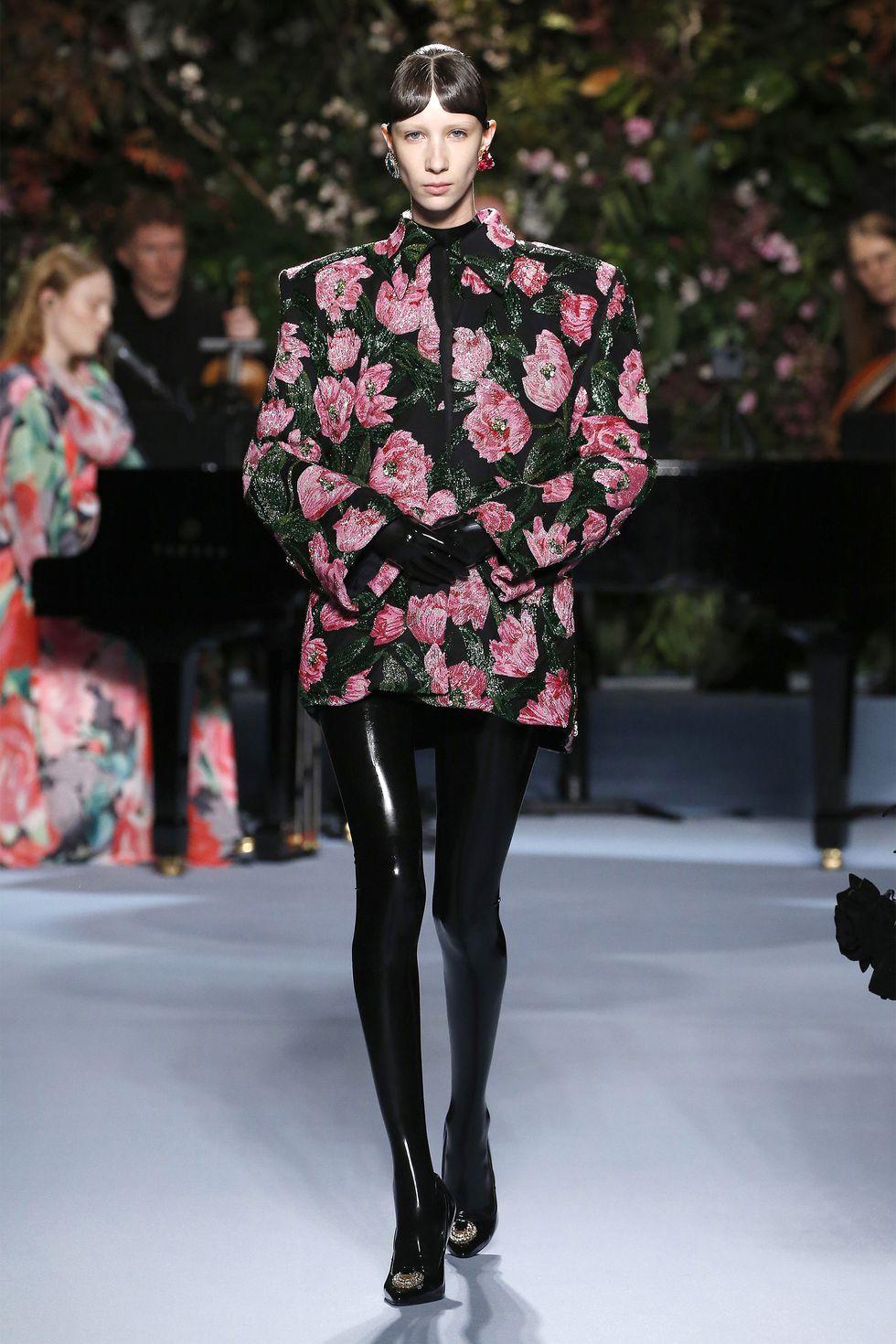 hbz-fw2019-trends-dark-florals-04-gettyimages-1130808323.jpg