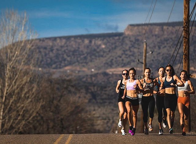 Mixed sessions of tempo & fartlek down in Camp Verde on the 'Barking Dog Loop' with the help of some friends. Thanks for sharing the work @jesstonn & @n_piliusina.   #TeamNB #CoogsCrew #FearlesslyIndependent 📷: @justinbritton