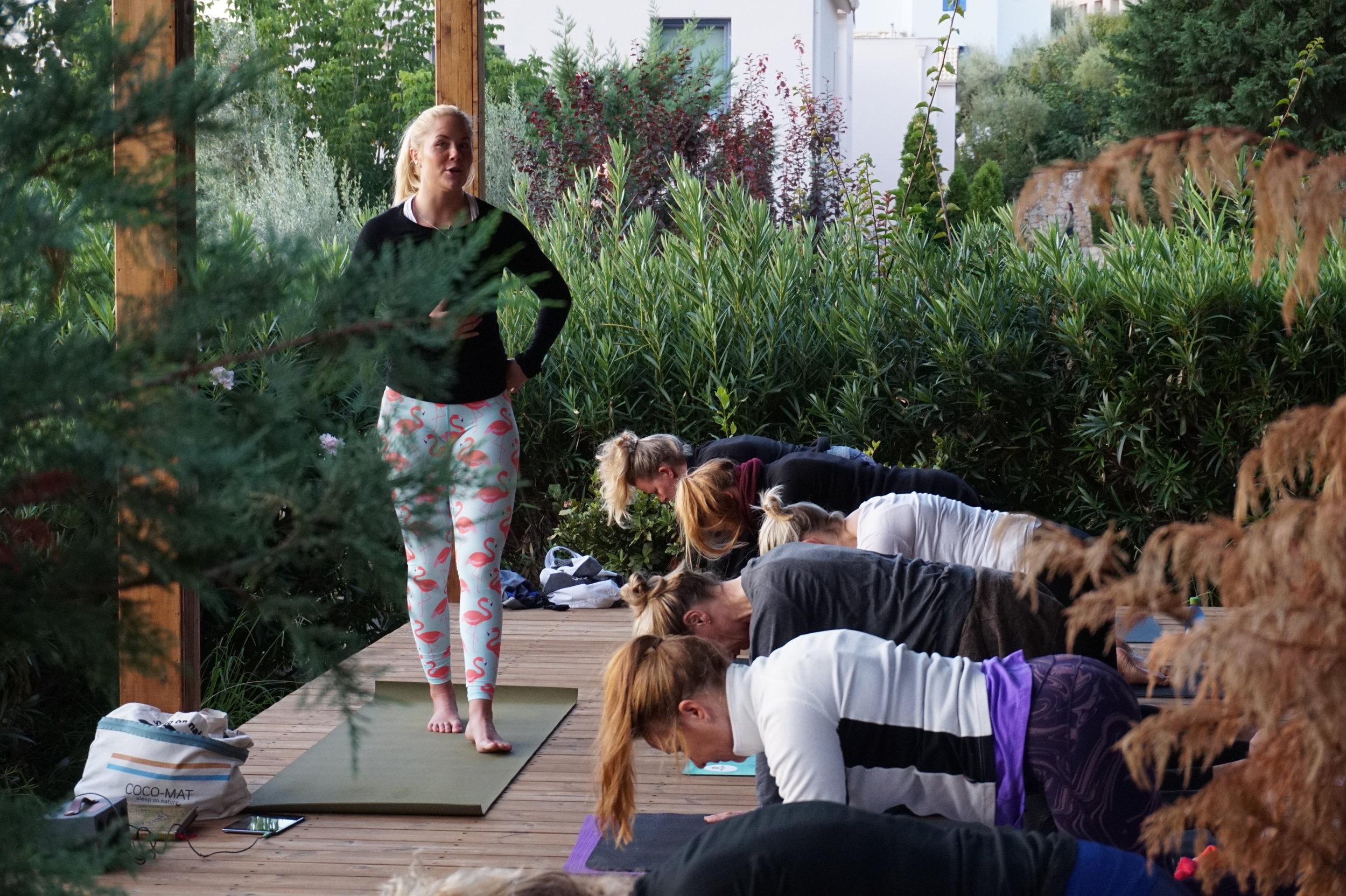 Rolig og myk morgenpraksis i yoga paviljongen.