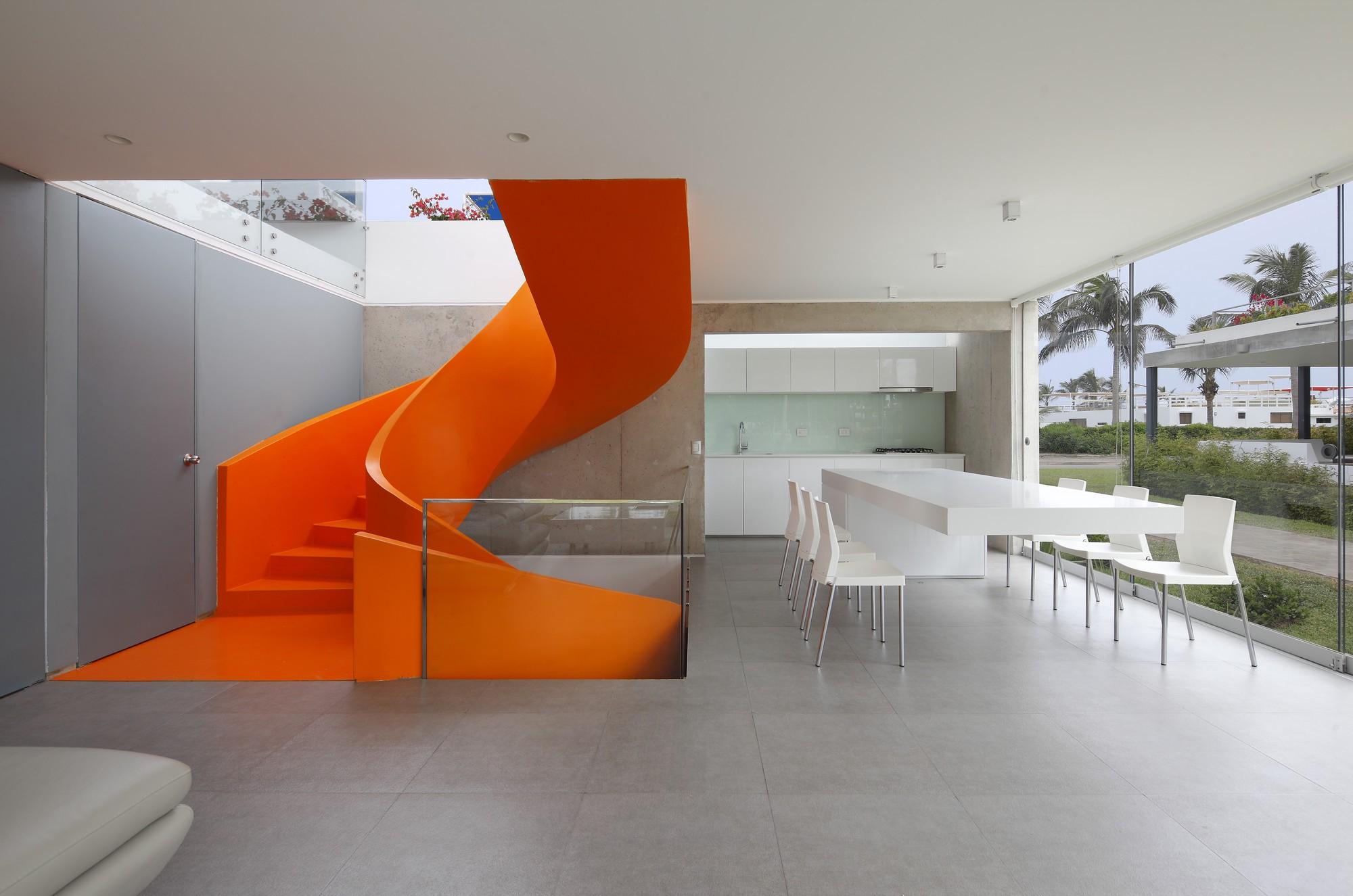 Casa Blanca by Martín Dulanto   Juan Solano Ojasi