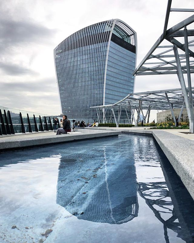 SATURDAY WALK. London's newest roof garden is open to the public via a lift, and it's free to visit! There are close-up views of the Gherkin and the Walkie Talkie, as well as more distant eye candy from the Shard, the Tower of London and Canary Wharf. ———————————————— #london #londonist #londonarchitecture #londonarchitects #architecture #architecturephotography #architexture #architecturelovers #photography #architecture_hunter #architecture_minimal #architecture_london #architecture_view #londoncity #herontower #skyscraper #skyscrapers #fencourtgarden #fencourt #cityskyline #londonbylondoners #londonbankers #citysuits #skygarden #skygardenlondon
