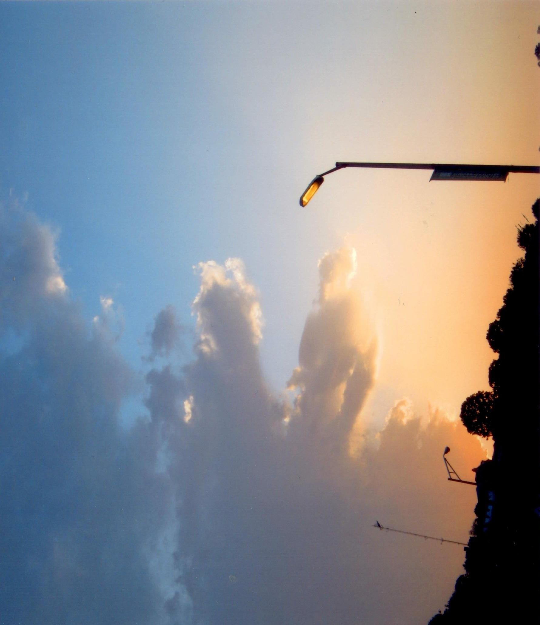 Un uomo alto nelle nuvole