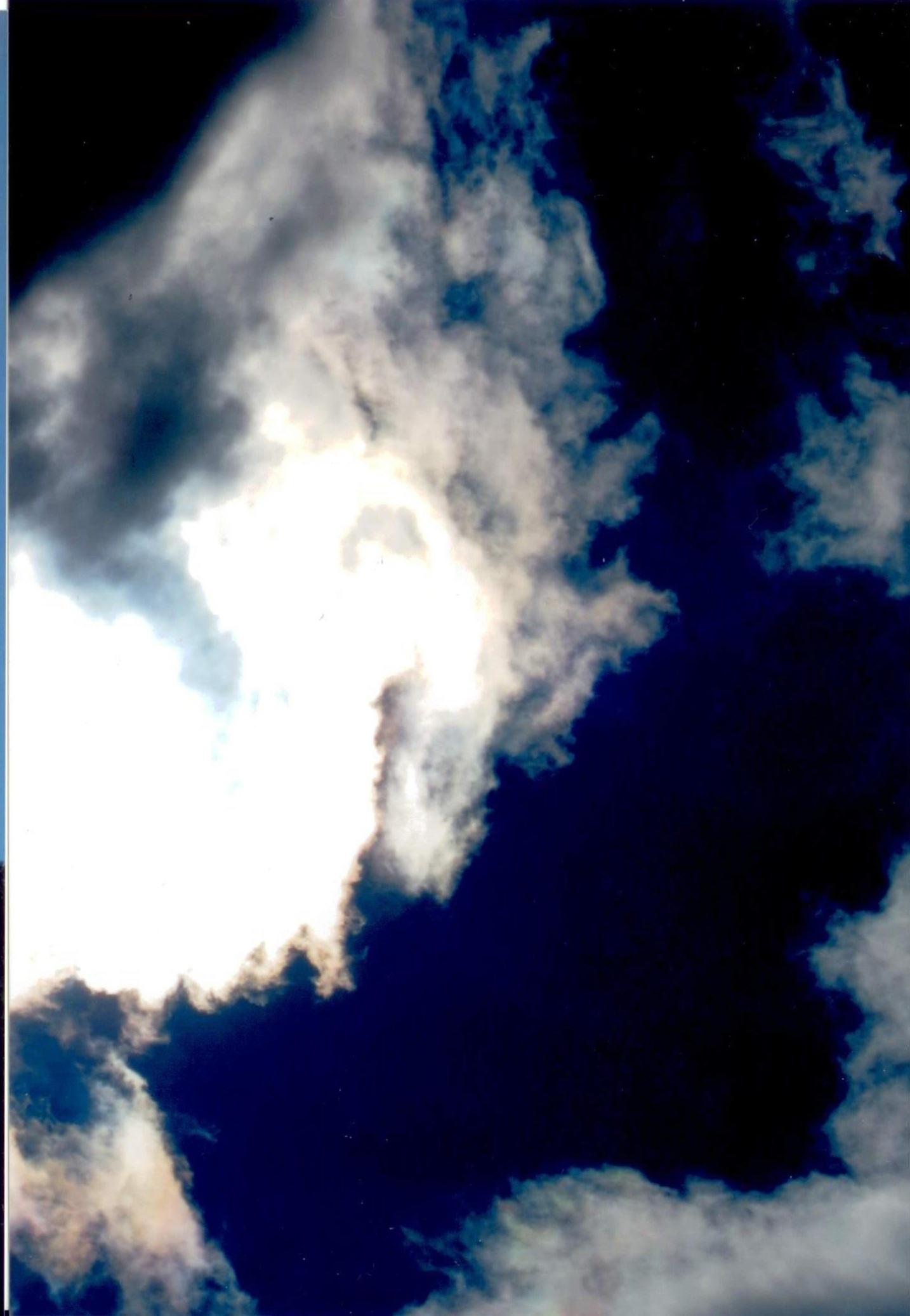 Qui nella foto di sopra ci sono i correnti spiriti si chiamano cosi perché lavorano per il demonio. La foto con il sole significa che vi porta la pace nel vostro cuore e la guarigione su di voi e le vostre famiglie.