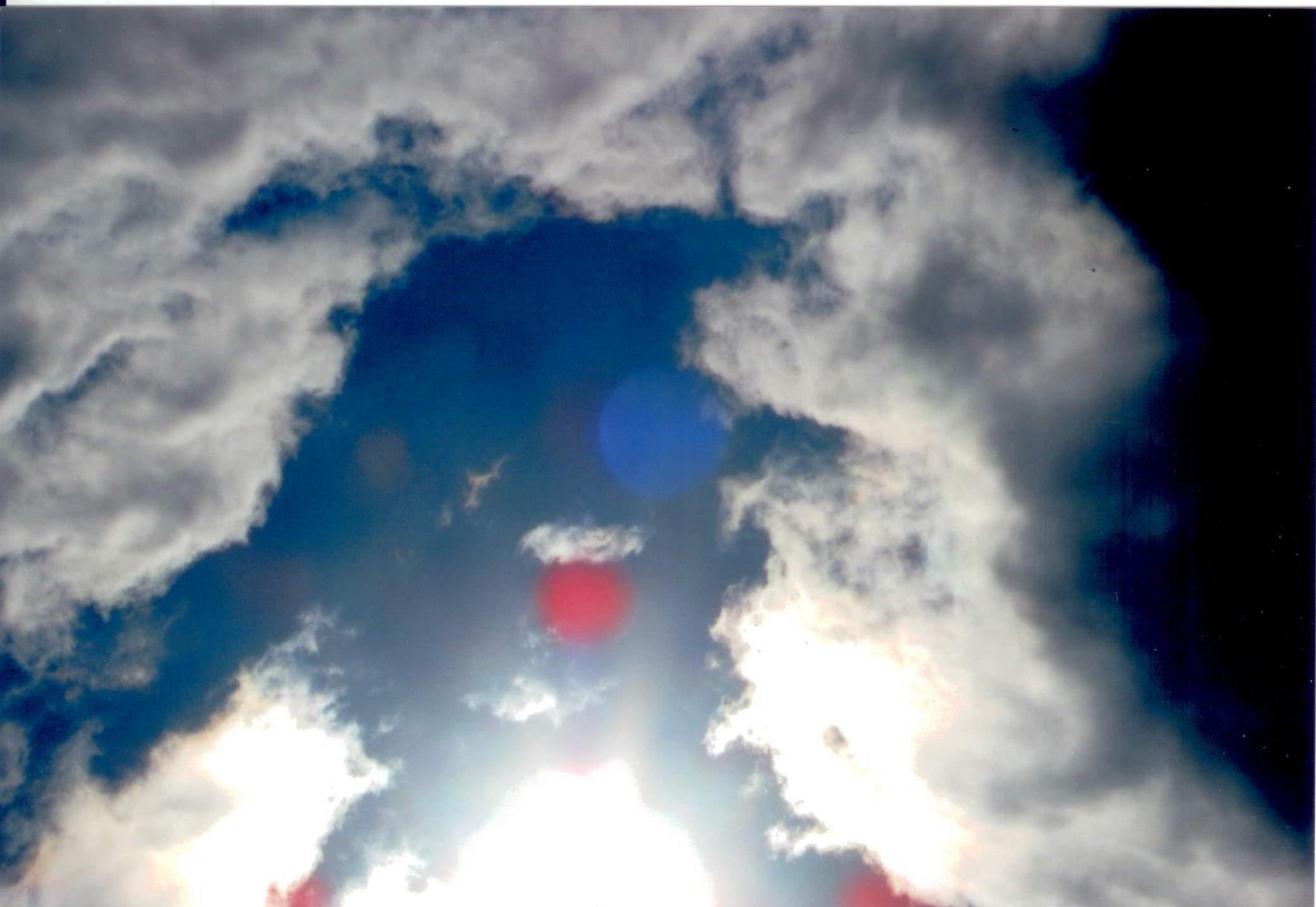 Qui in questa foto I nimici spiriti si avicinano al sole con la speranza che con la luce di DIO UNIVERSALE A BENEDETTO IL SOLE si credono che ricevono il perdono ma DIO UNIVERSALE non perdona i malefici si devono affrontare con la guerra.