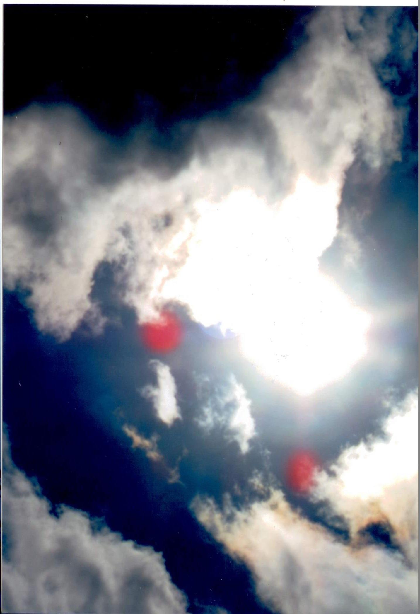 I falconi spiriti in questa foto chiedono la pace. Come li può dare la pace quando vogliono impedire la crezione normale che tante persone devono andare dai dottori a fare invitrio per una donna per avere i figli. Questo DIO UNIVERSALE non lo permette di vivere in questo modo. Per questo motivo e scoppiata la guerra in spirito per aggiustare la creazione come DIO UNIVERSALE ha creato.