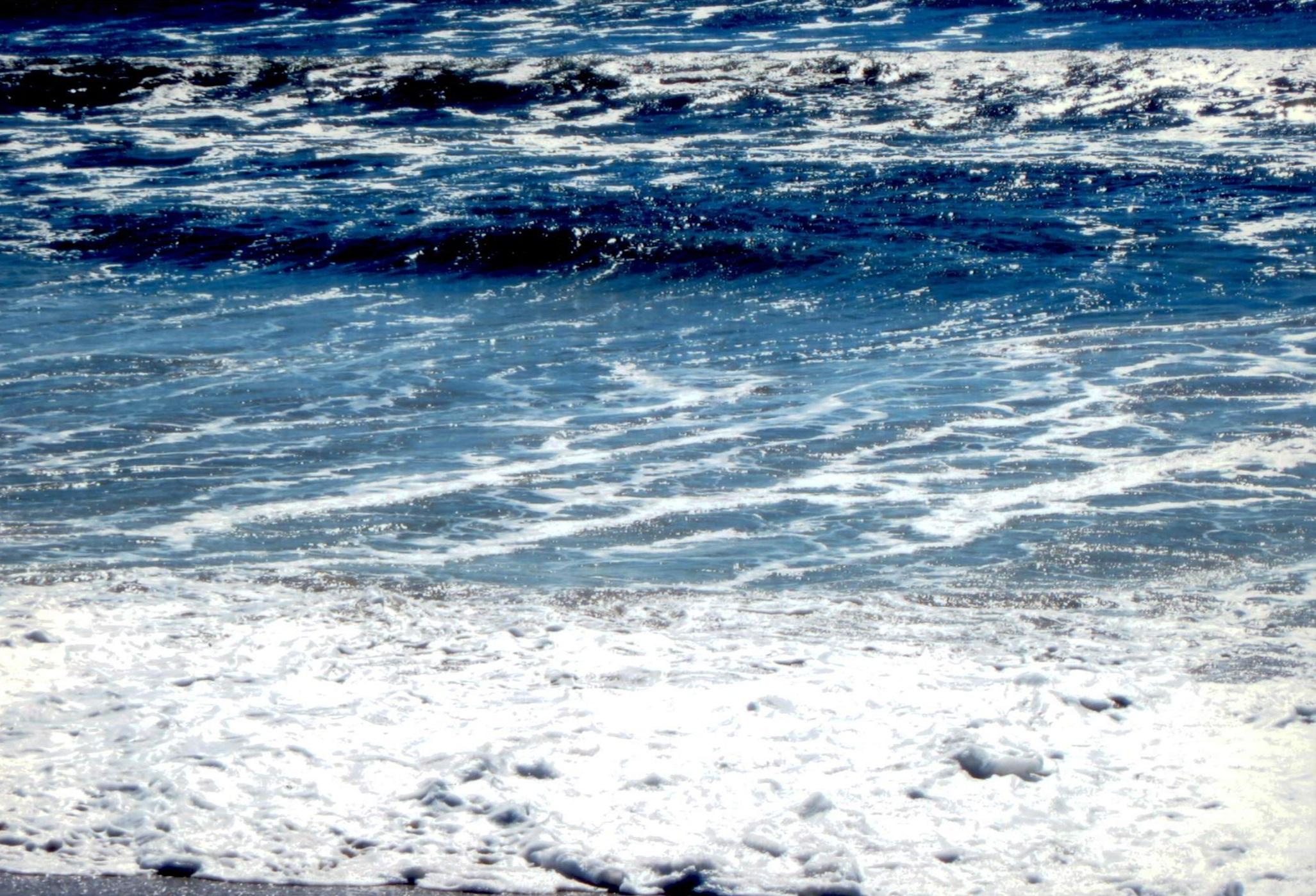 In questa foto ci sono malefici spiriti che fanno gioco con le onde del acque che formano un tunello profondo che è molto pericoloso di nuotare su questi locali. DIO UNIVERSALE vuole togliere questi spiriti pericolante per avere il mare calmo e il popolo si può divertire.