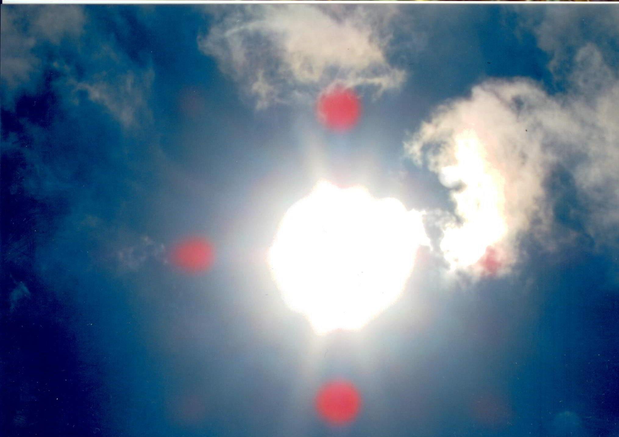 In questa foto si vede lo spirito Lucifero che attacca il sole con i suoi panelli rossi. DIO UNIVERSALE non vuole fare guerra ma devo fermare i spiriti altrimenti destruggono il mondo.