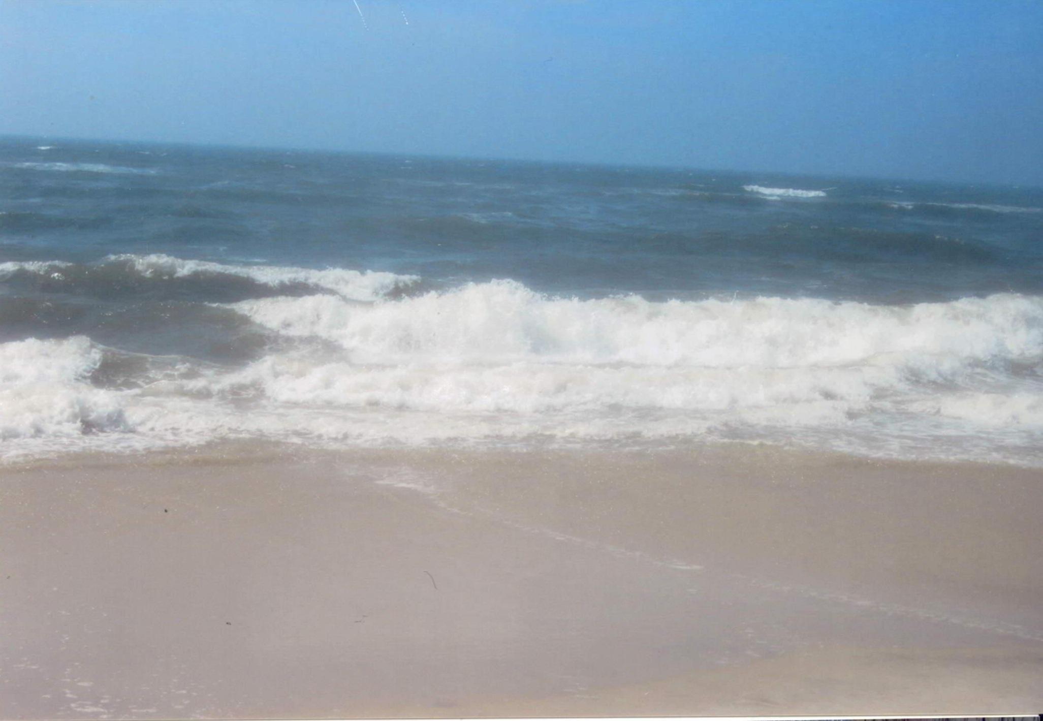 Lina D'Uva accompagnata dalla luce di DIO UNIVERSALE è andata al mare. Sulla sabbia e l' acqua è pieno di faccie che sono felici le anime di essere con lei e ci raccontano come loro si trovano nel mare.