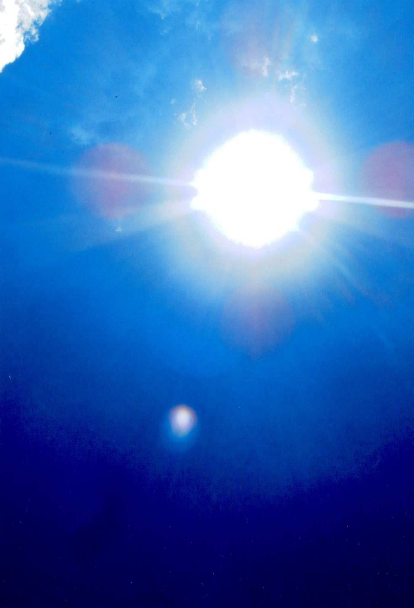In questa foto ci sono i spiriti malefici che vogliono attaccare di nuovo al sole non si sa perchè sono contro la creazione di DIO UNIVERSALE perchè la sua bellezza non ha fine.