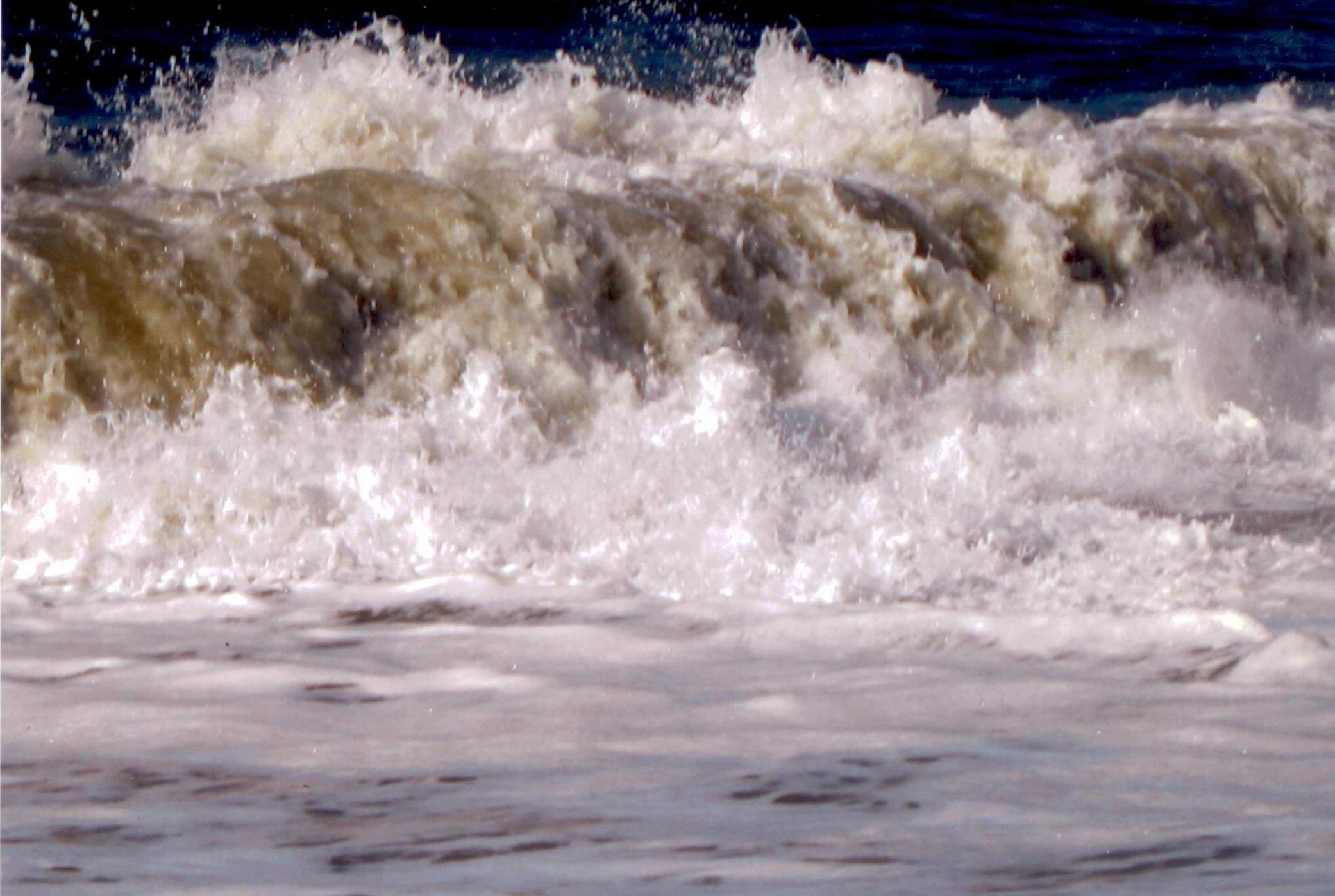 Qui in questa foto, come si vede, ci sono i spiriti dei navigatori con questi rolli grande di acque mandono le barche al fondo del mare. Questi giochi dei spiriti è finito perchè DIO UNIVERSALE a tolti i spiriti satanico dal mare per salvare il popolo.