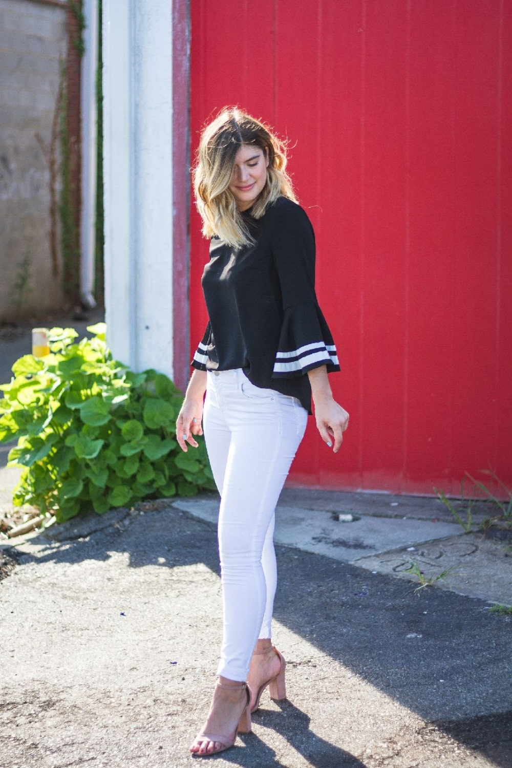 bell-sleeves-white-jeans