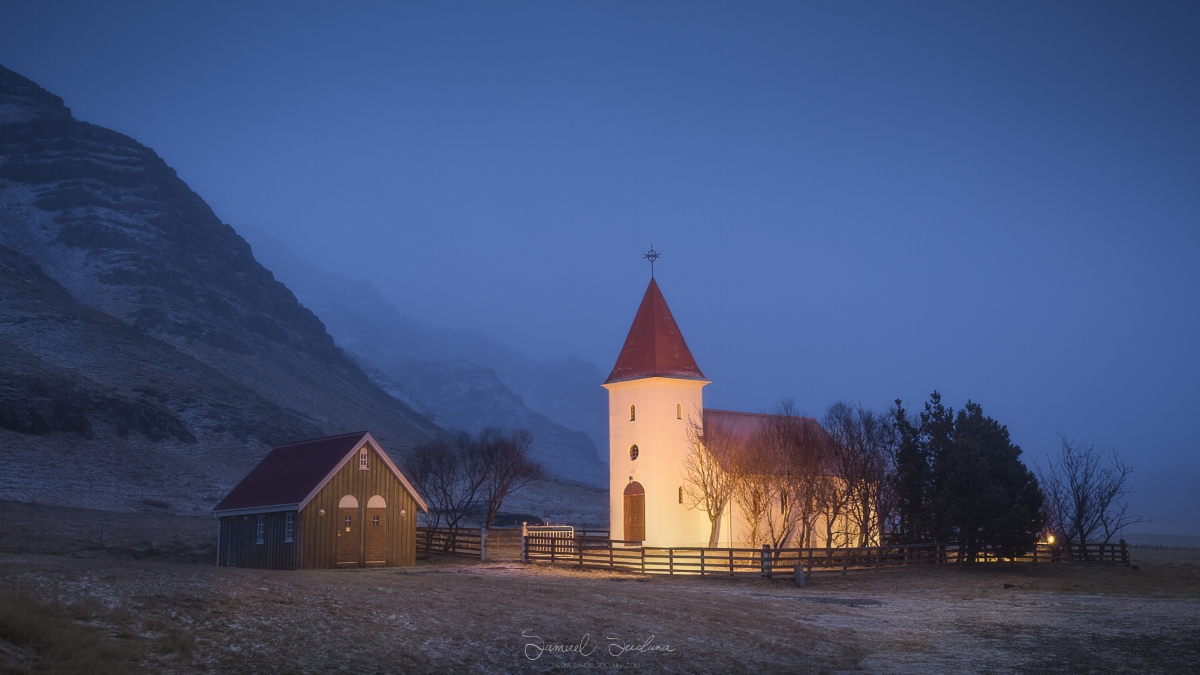 A little church on the side of the road near Kálfafellsstaður.