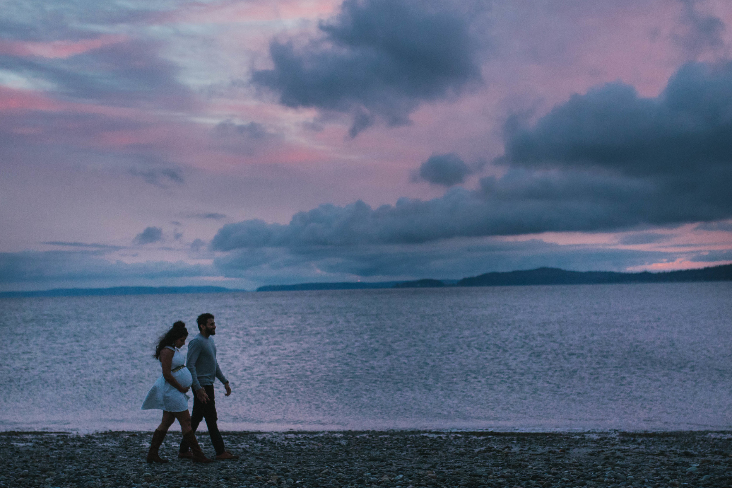 A moody natural light maternity session at Discovery Park in Seattle by Chelsea Macor Photography-34.jpg