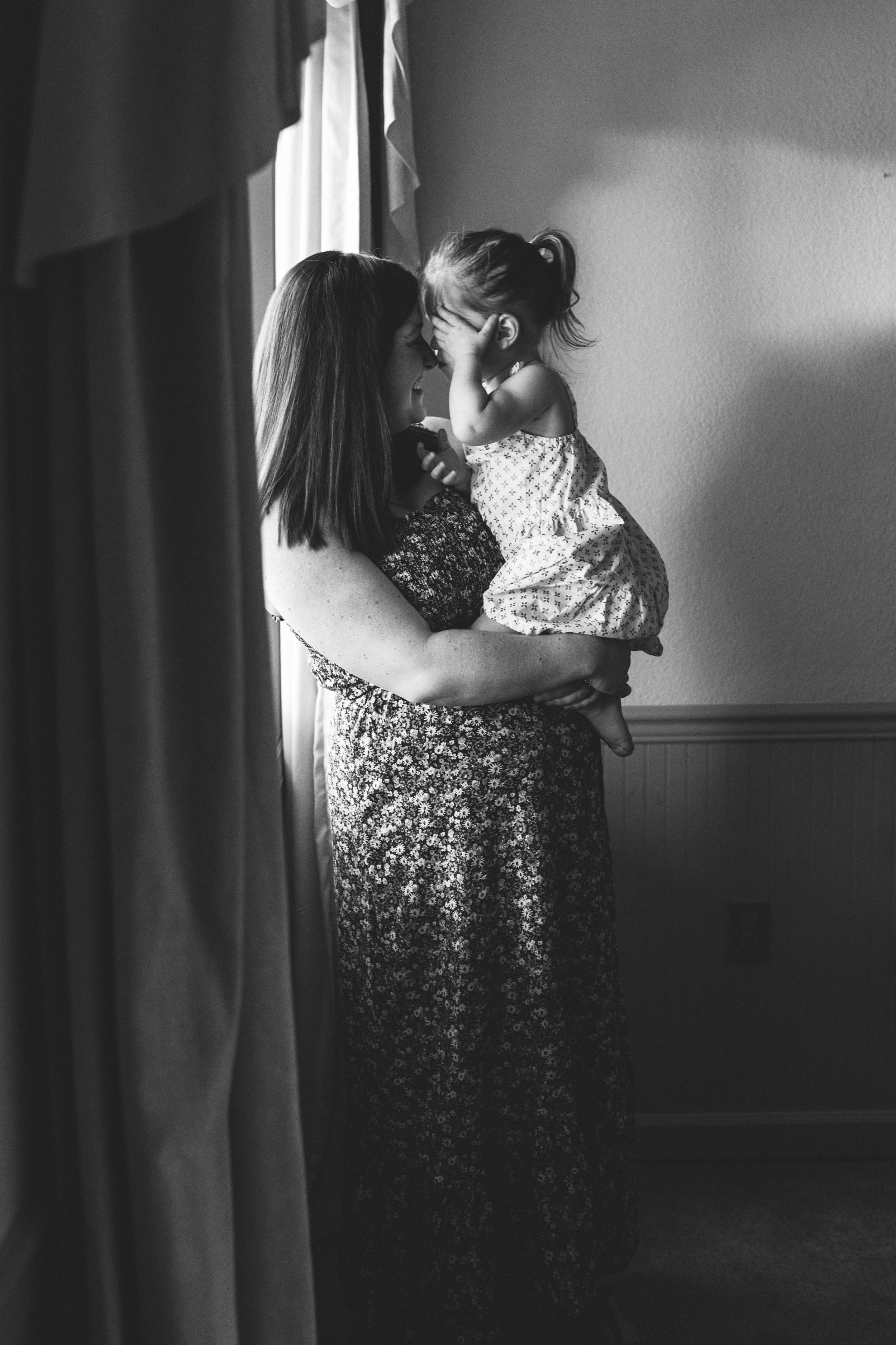 In-home maternity session with sweet family in Seattle with Chelsea Macor Photography #seattlematernityphotographer #seattlenewbornphotographer