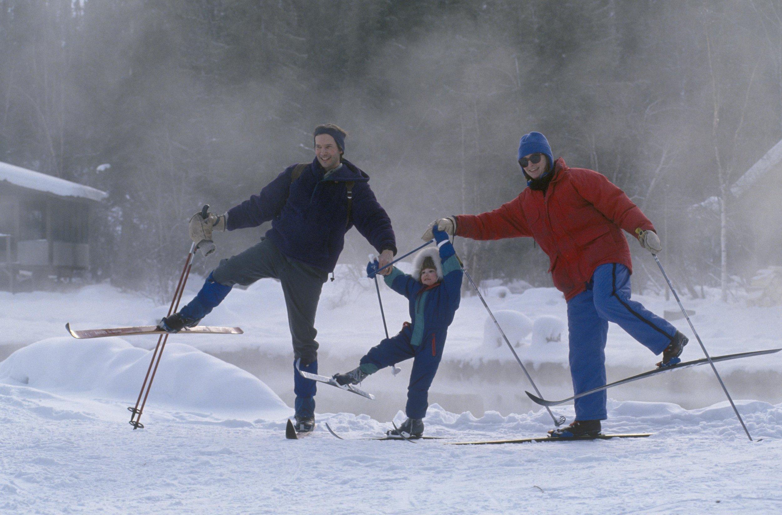 器具租赁 - 冬装 - 全天费用全套 (厚外套,雪裤,靴)…................$30单项……………………………………….$15滑雪板 一小时………………….............$7.50滑雪板 全天………………….................$25雪靴 一小时……………………………..$7.50雪靴 全天……………………………......$25