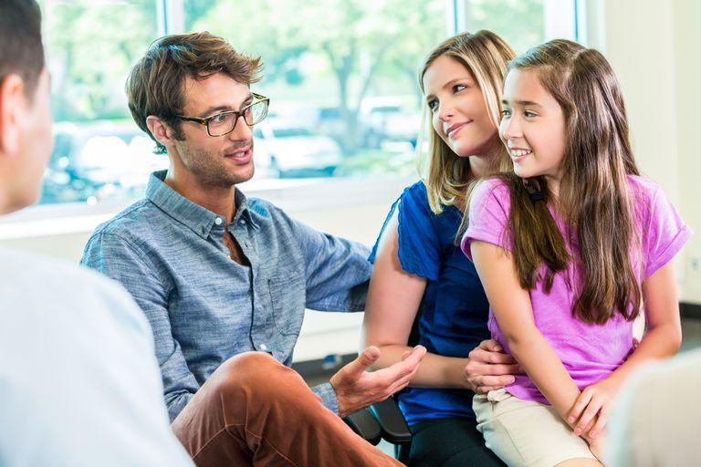 familieterapi - Er I presset af en travl hverdag?Er I uenige om jeres prioriteringer?Er jeres hverdag præget af dårlige stemninger?Er I udfordret i jeres sammenbragte familie?Hos mig kan I få hjælp til; børneopdragelsen, jeres bekymringer for børnene, en mere tydelig og klar rollefordeling, bedre struktur i hverdagen og en følelses af fællesskab og samhørighed.Målet er bedre familietrivsel, til glæde for jer som forældre og til glæde for børnene i midten.