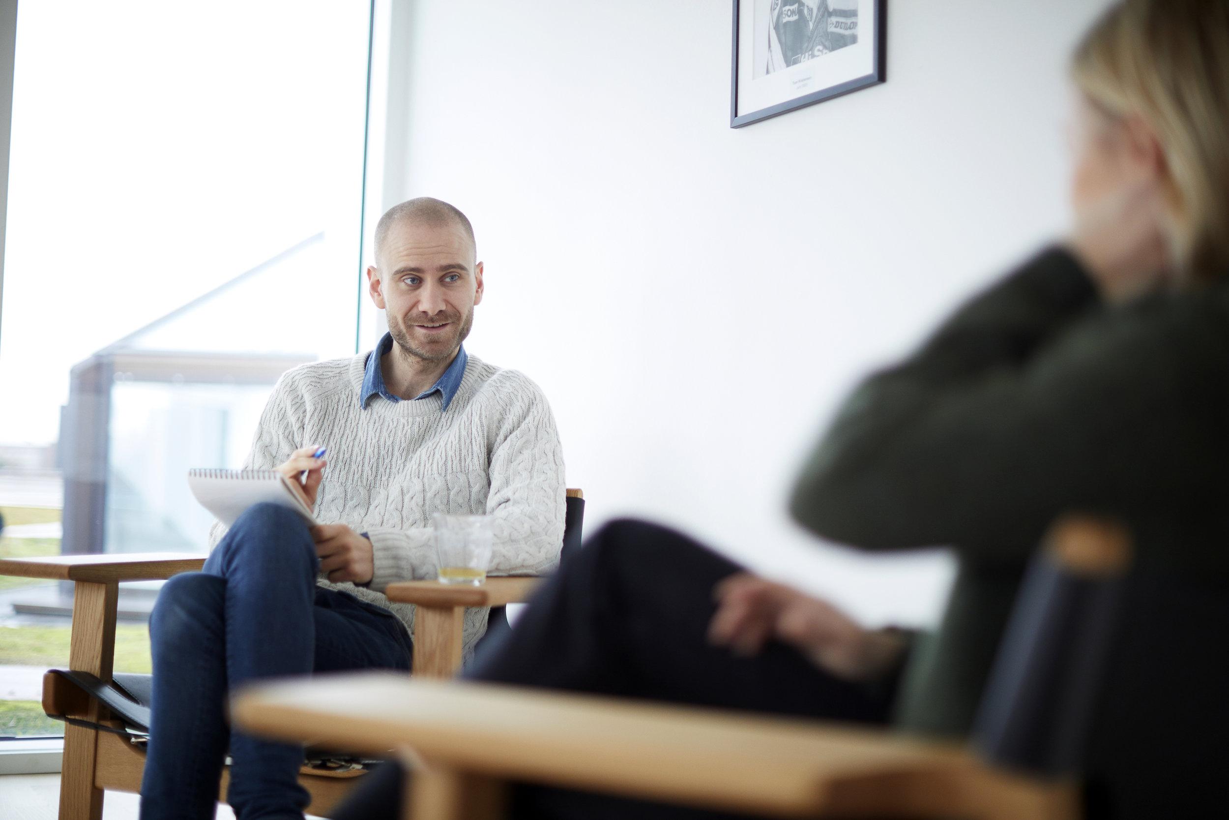 """INdividuel terapi - Kæmper du med:Lavt selvværd?Depression?For meget eller for lidt lyst til sex?""""Mærkelige fantasier""""? Vredesproblemer?Angst?Kan jeg måske hjælpe dig. I mit arbejde trækker jeg på en del forskellige metoder. Emotionsfokuseret parterapi, Somatic Experiencing, Sensetik og Narrativ terapi."""