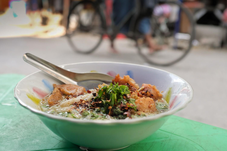 Yangon street food tours: Mohinga