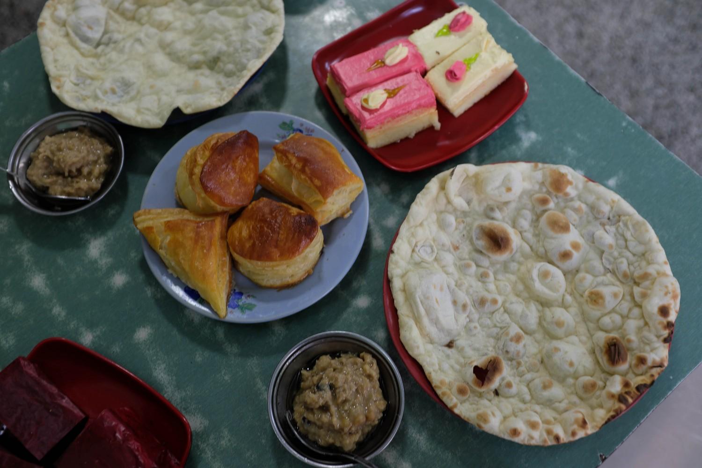 Yangon street food breakfast tour: Tea shop