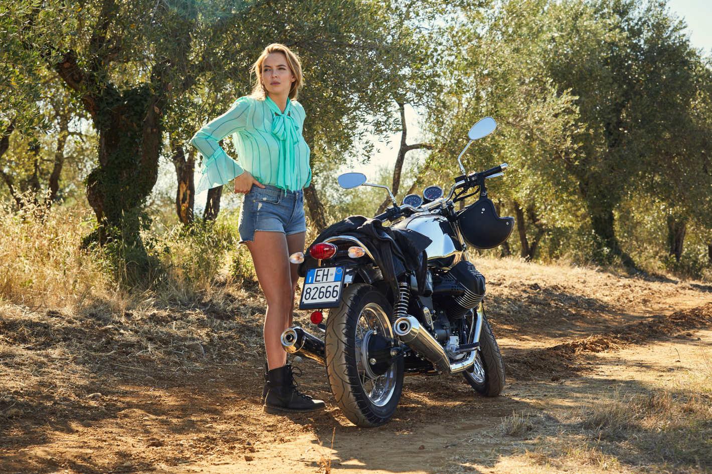 Джинсовые шорты  Paige  и блузка  Chloe Source: Vogue UK