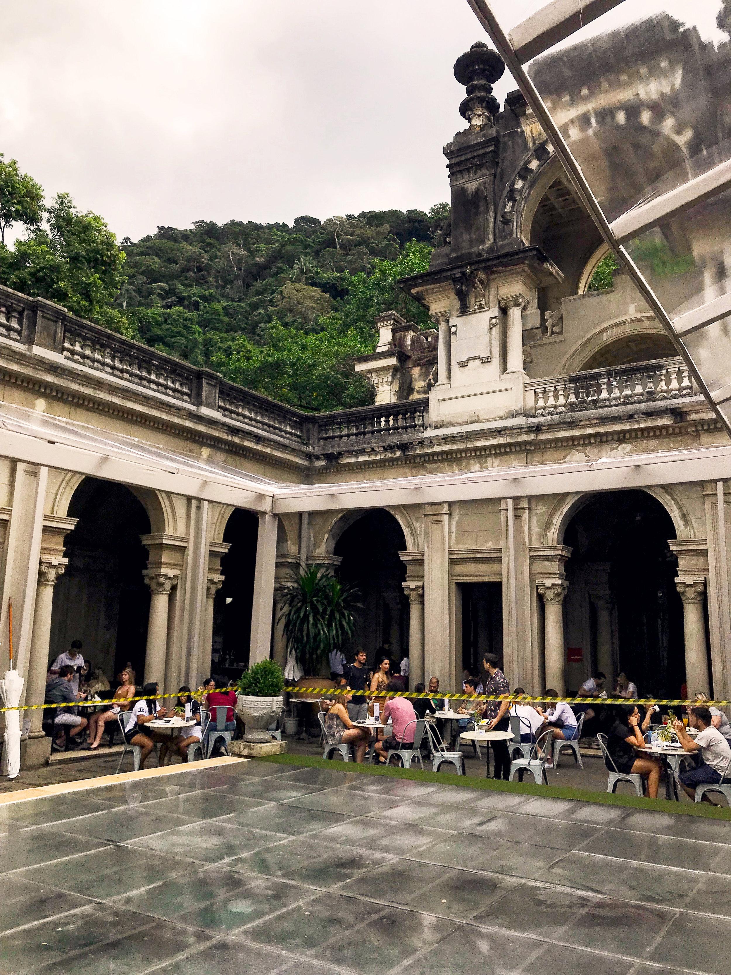 Вилла в парке. Очень красивое место, но очень плохой ресторан.