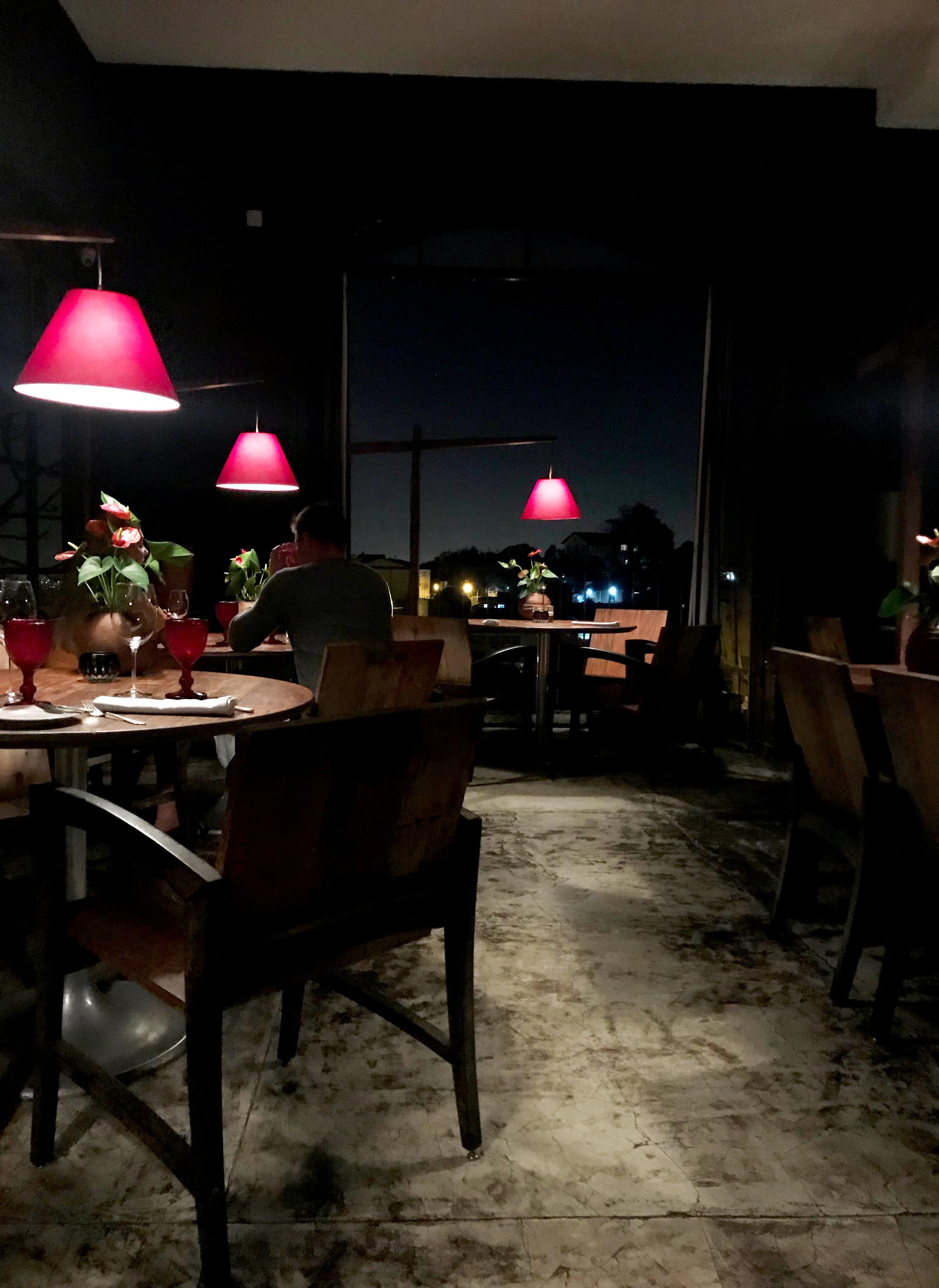 Наблюдаю за остальными гостями ресторана.