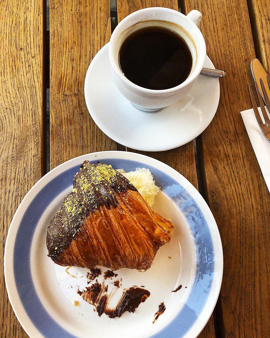 Круассан и кофе в ресторане Remy Kitchen Bakery