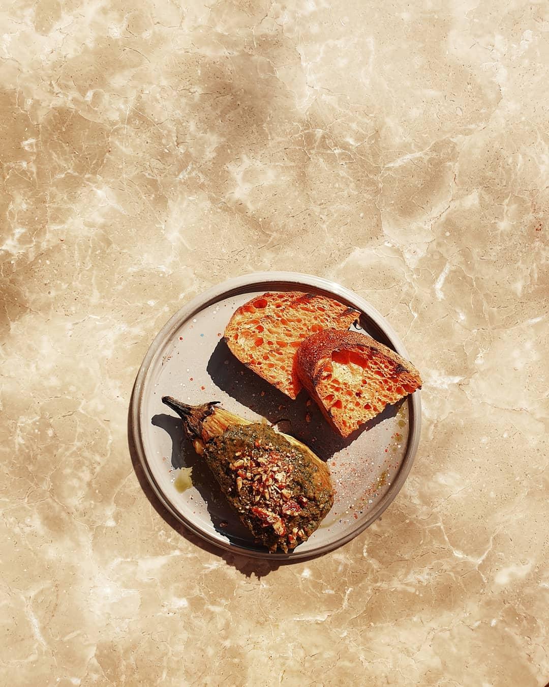Баклажан с сальной верде и орехом пекан в ресторане Blanc