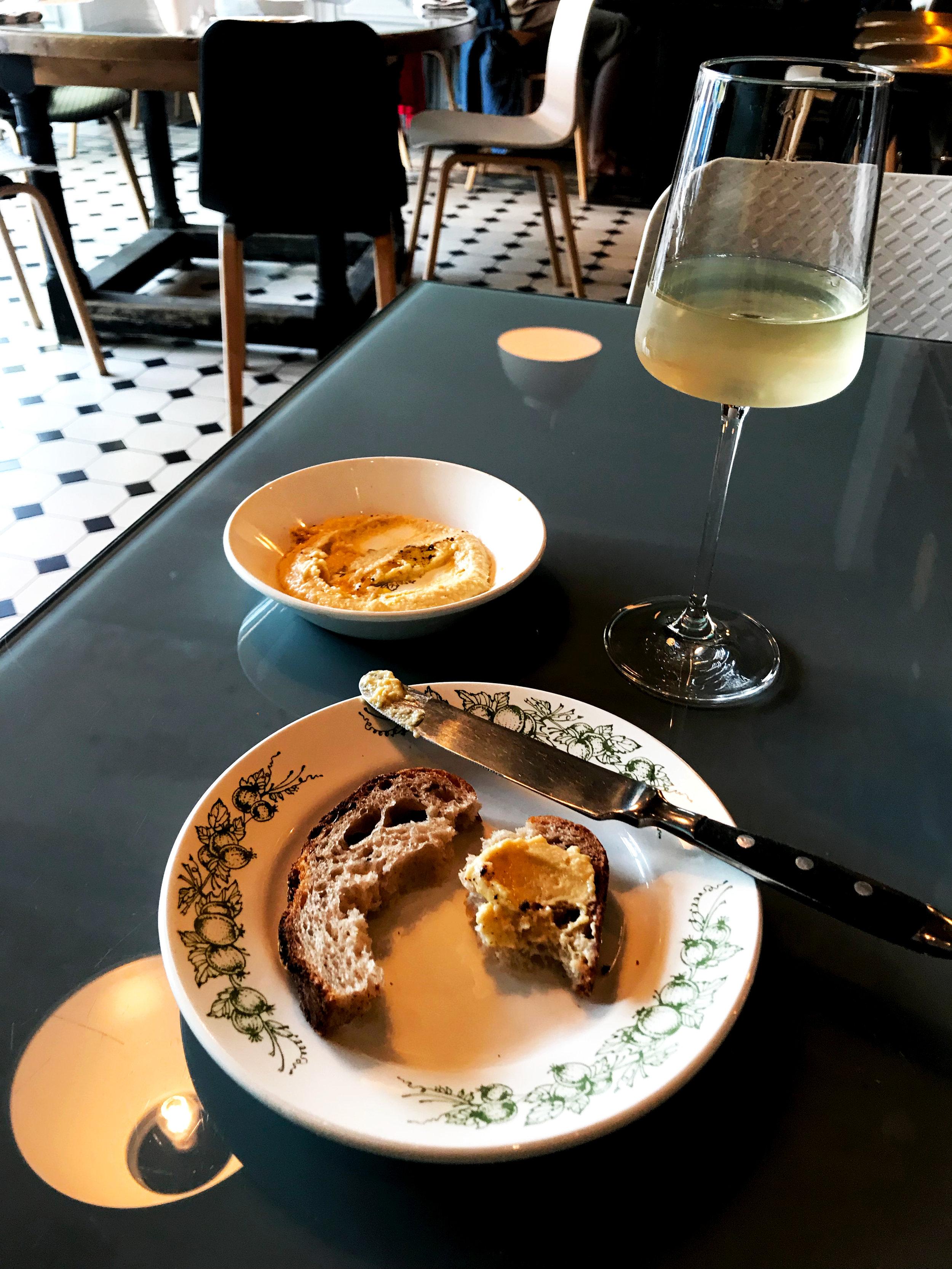 Хумус, хлеб и белое вино в ресторане Glenuill