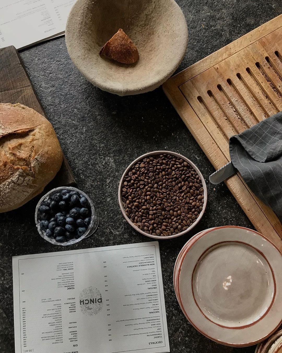Хлеб, кофейные зерна и черника в ресторане Pinch