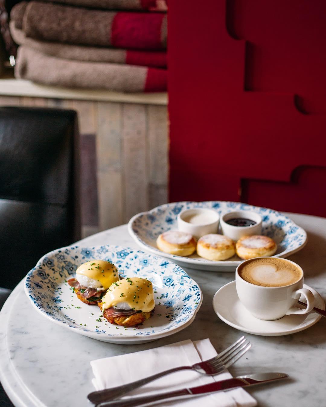 Яйца Бенедикт с ветчиной и сырники с лимонной сметаной и вареньем в ресторане Saxon + Parole