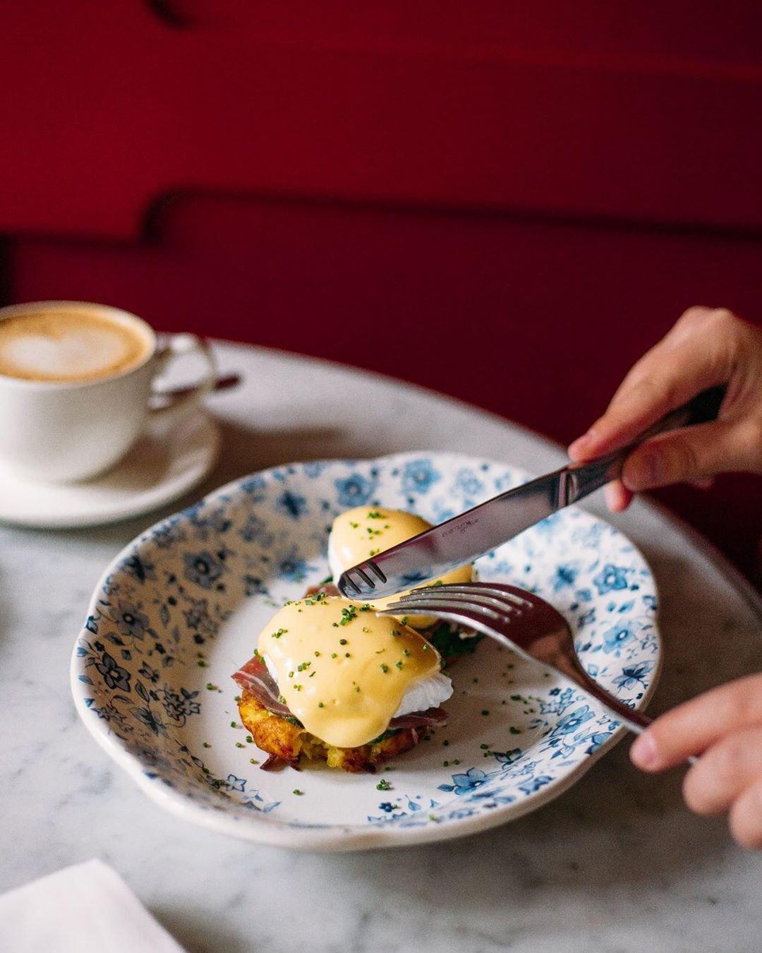 Яйца Бенедикт на хрустящих драниках с ветчиной Сан Даниэле в ресторане Saxon + Parole