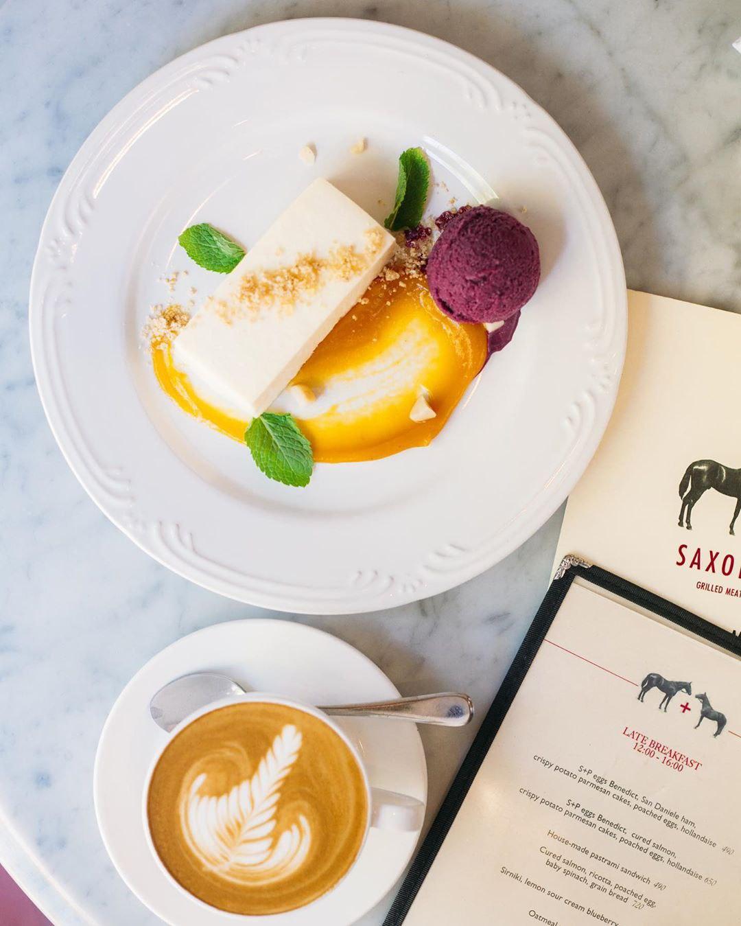 Чизкейк на основе козьего сыра в ресторане Saxon + Parole