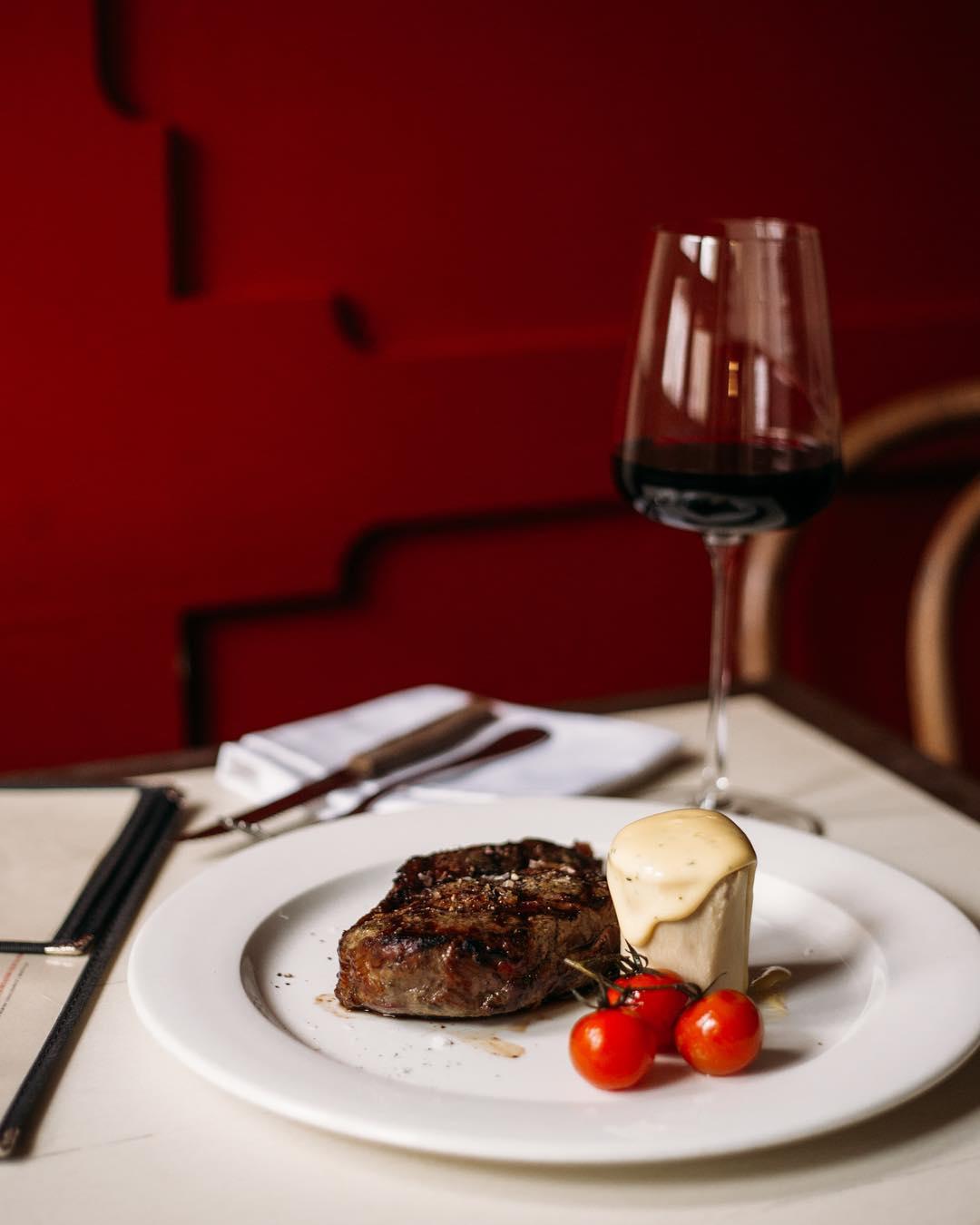 Cочный стейк с соусом Беарнез и бокал красного сухого вина в ресторане Saxon + Parole