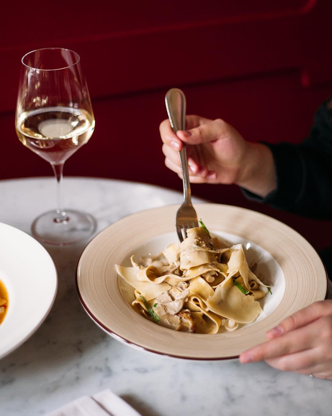 Паппарделле в сливочном соусе с белыми грибами и пармезаном в ресторане Saxon + Parole