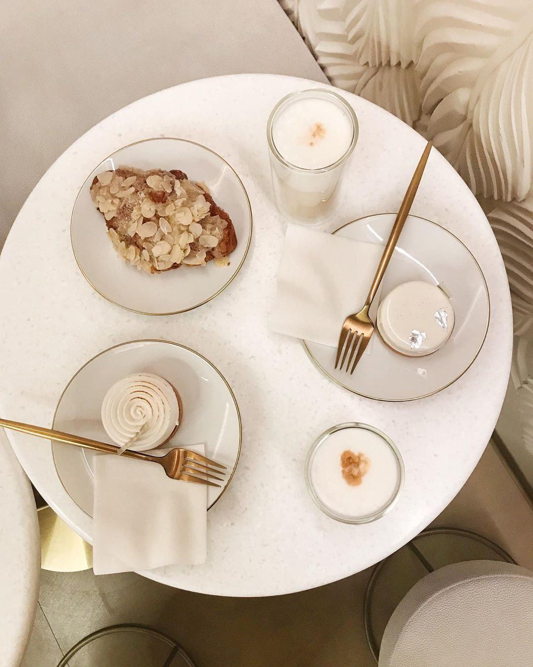 """Миндальный круассан, тарталетка """"Абсолютная ваниль"""", лимонный тарт и латте в кондитерской Atelier de Tartalettes"""