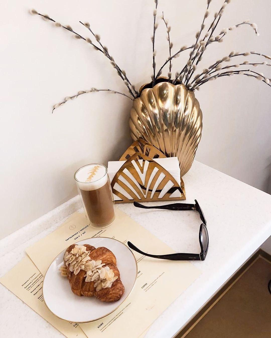 Миндальный круассан и латте в кондитерской Atelier de Tartalettes