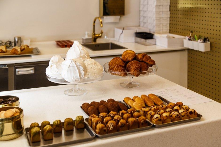 Витрина со свежей выпечкой в кондитерской Atelier de Tartalettes