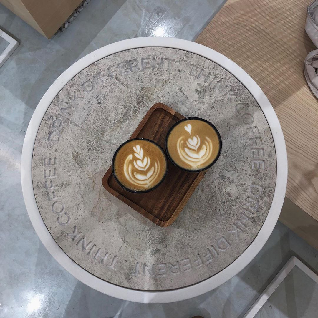 Латте в кофейне ABC Coffee Roasters
