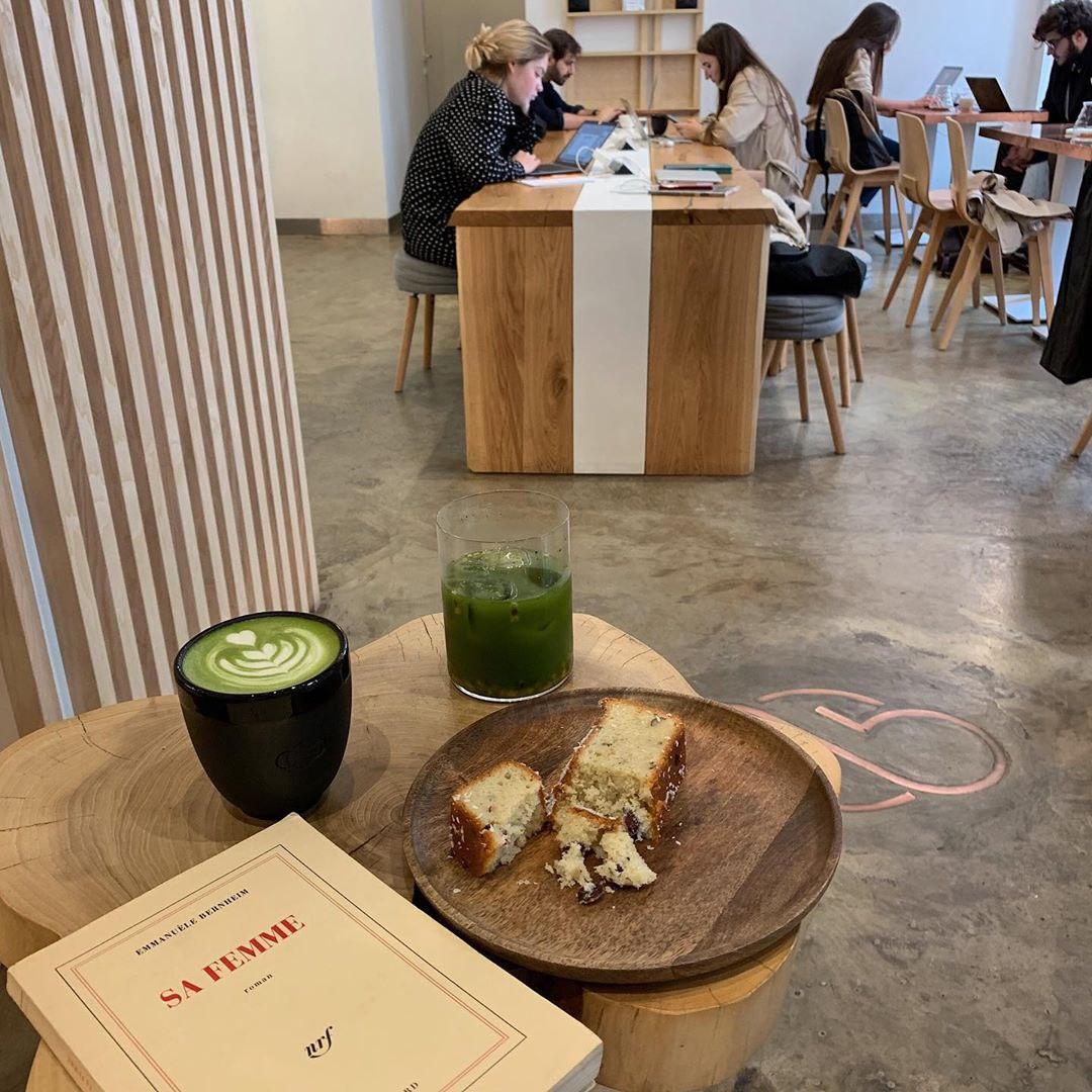 Матча латте и кокосовый кекс в кофейне ABC Coffee Roasters