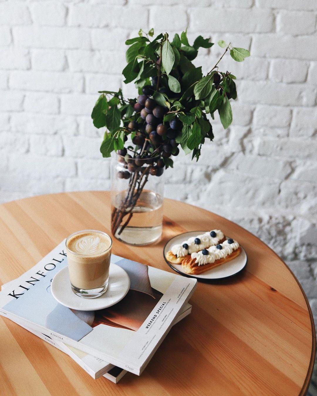 Эклеры и латте в hygge кофейне Розетка и кофе