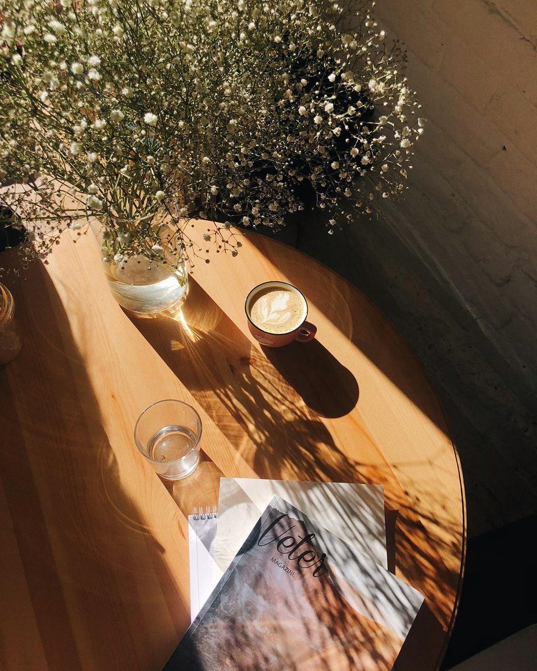 Латте и солнечный свет в hygge кофейне Розетка и кофе