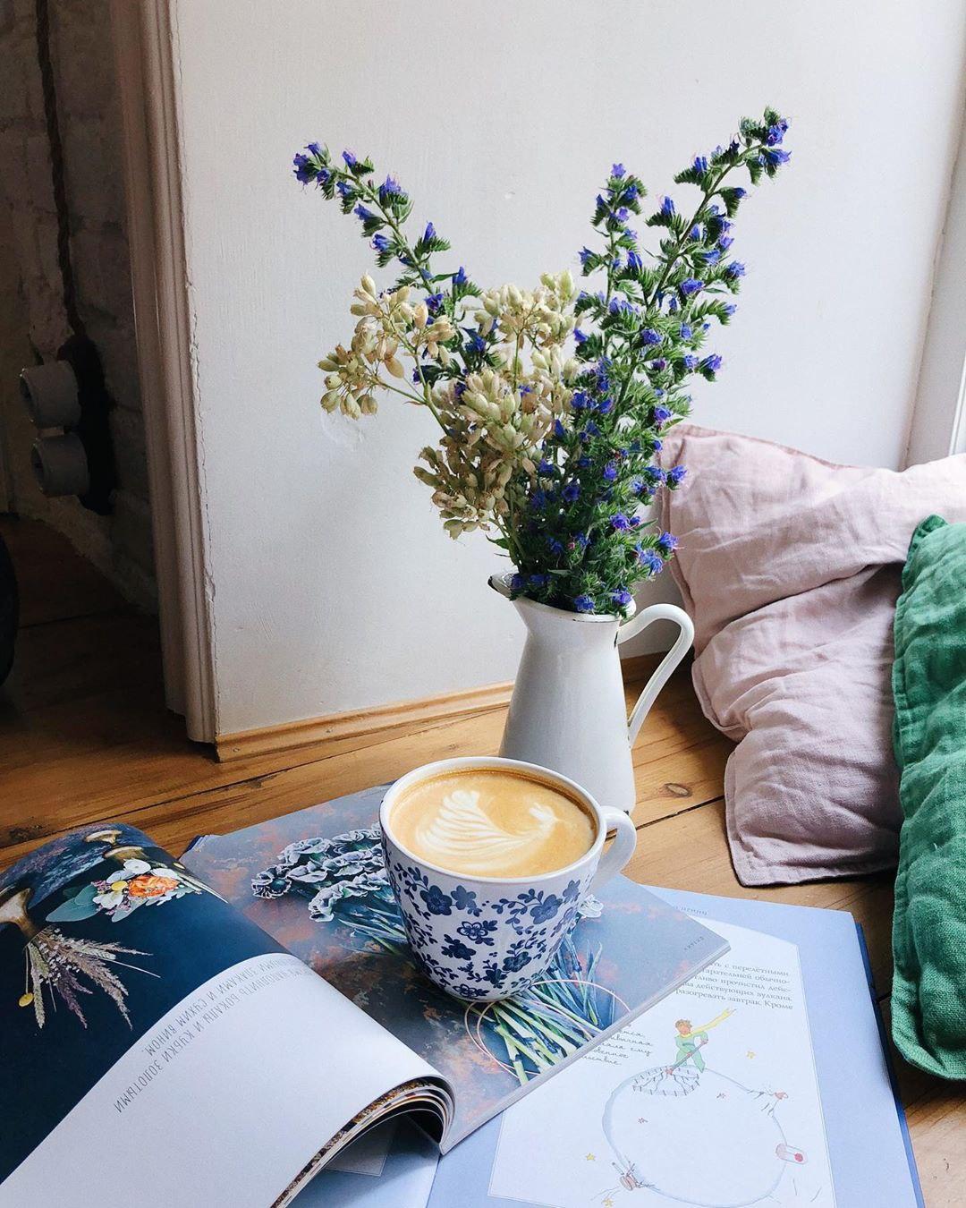 Латте и лаванда в hygge кофейне Розетка и кофе