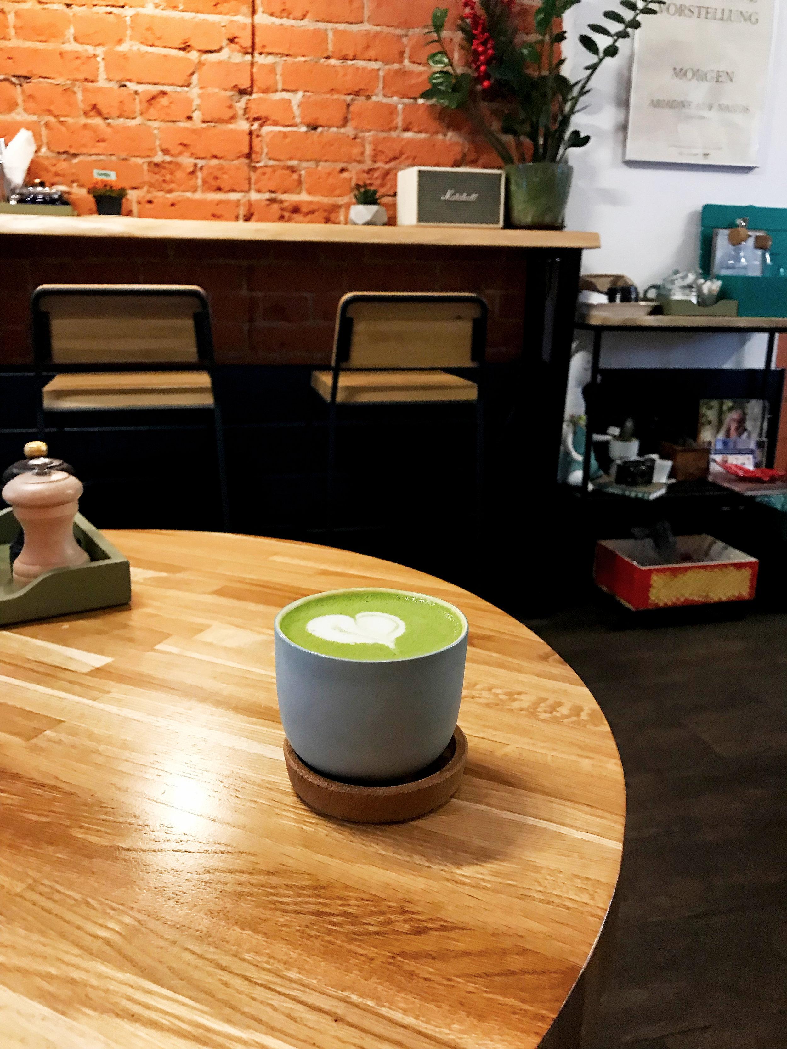Матча латте в кофейне Альпака и кофе