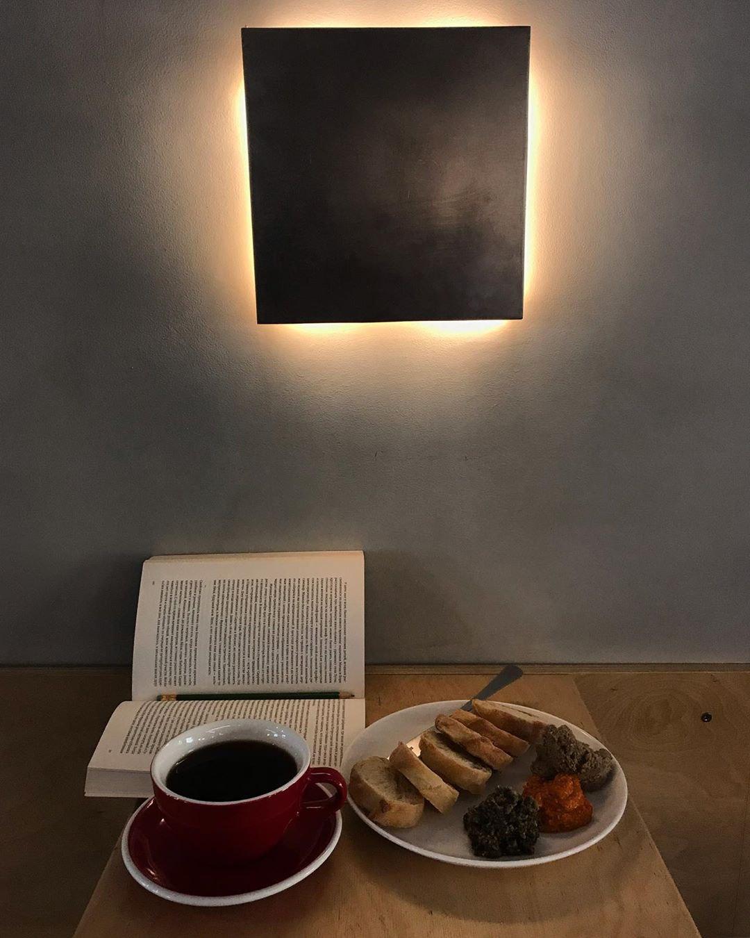 Черный кофе и книга в кофейне Кооператив Чёрный