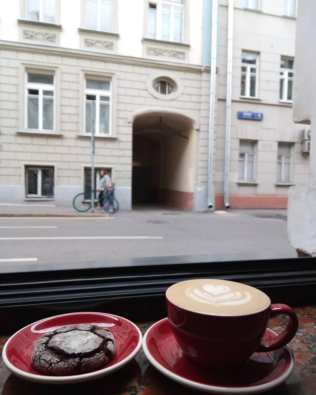 Латте и печенье в кофейне Кооператив Чёрный